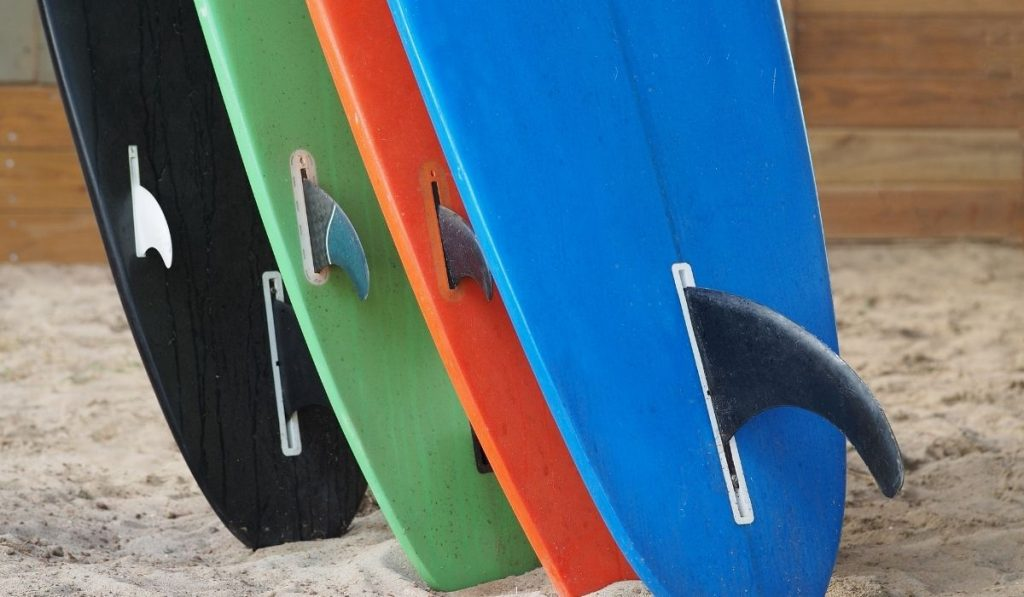 different sizes of surfboard fins